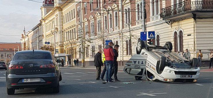 Rendőrautót borított fel egy Hargita megyei autó Kolozsvár belvárosában
