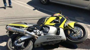 O femeie din Turda a ieșit cu motocicleta de pe drum. Conducea fără permis