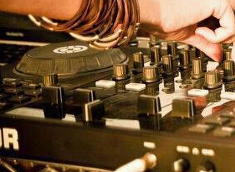 Ministrul Marcel Vela, impresionat de DJ-ul care mixa singur muzică pe litoral